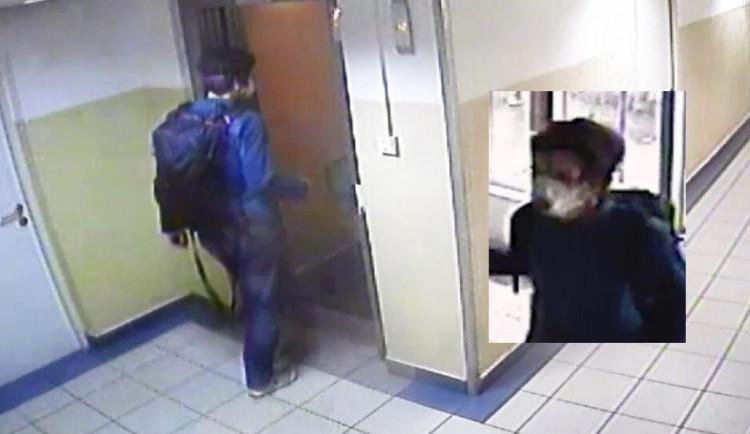 VIDEO: Muž v Praze sledoval jedenáctiletou dívku až do domu, pak ji ve výtahu osahával