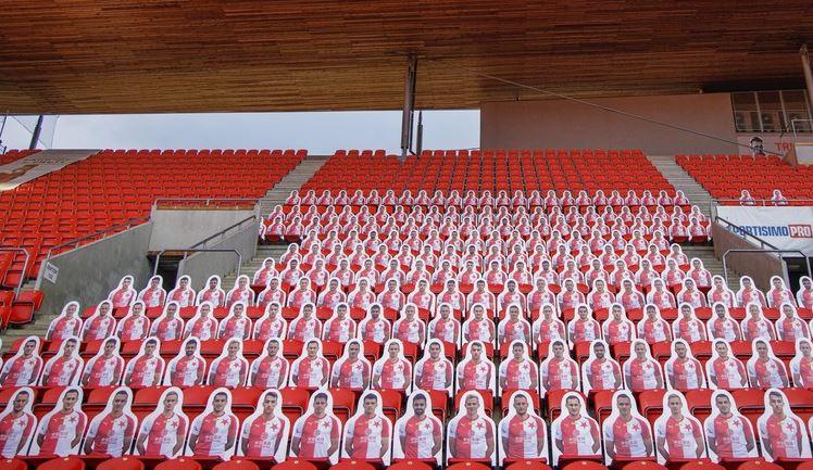 Místo fanoušků jejich umělé figuríny. Slavia řeší zákaz vstupu na fotbal zajímavým nápadem
