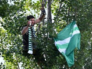FOTO, VIDEO: Fanoušci, kam se podíváš. Bohemce se fandilo z balkonů, štaflí i stromu