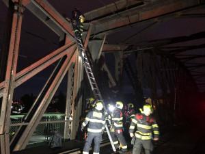 Vylezl na železniční most u náplavky a nemohl se dostat dolů. Pomoci mu museli hasiči