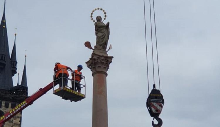 FOTO, VIDEO: Na Staromáku nově stojí mariánský sloup. Podívejte se na instalaci