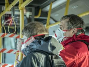 Dopravní podnik opět povolí nástup předními dveřmi do autobusů a tramvají