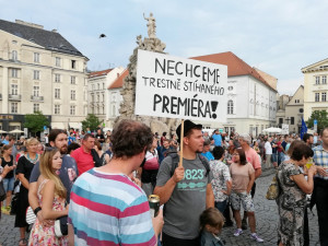 Milion chvilek na dnešek naplánovalo další demonstrace. Vládní opatření dovolí jen 500 účastníků