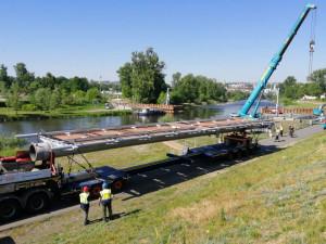 Začala montáž střední části nové trojské lávky v Praze
