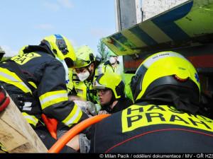 FOTO, VIDEO: Jeho držení za ruku mi zachránilo život,  přestala jsem se bát, děkuje žena pražskému hasiči