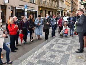 FOTO: Nový kámenzmizelých v Soukenické ulici připomíná Emilii Weissbergerovou