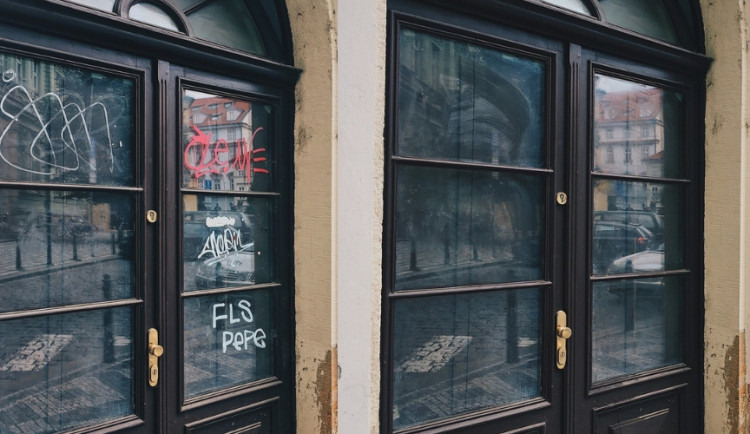 LEPŠÍ MĚSTO: Vyčištěné dveře na Uhelném trhu i vstup do metra na Můstku