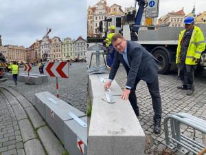 Nevzhledné bloky zmizely ze Staroměstského náměstí. Nové řešení veřejnost obratem zkritizovala