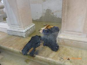 FOTO: Muž chtěl pomocí hadrů zapálit Mariánský sloup na Staromáku. Zadrželi ho strážníci