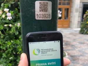 FOTO: QR kódy na lampách v Praze pomohou lidem v nouzi i záchranářům
