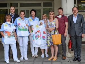 FOTO: Veselé zástěrky vykouzlí úsměv na tváři dětem v Thomayerově nemocnici