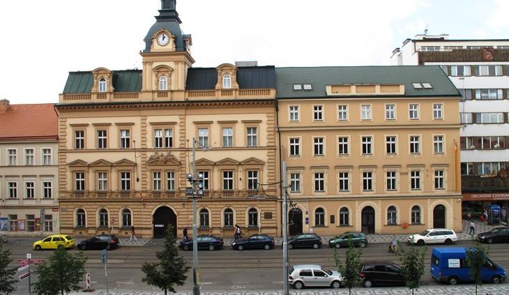 Opozice zpochybuje opravu radnice Prahy 10, me pr stt