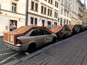 VIDEO: Na Žižkově lidé běhají po autech. Žádný vandalismus, jen umělecký festival