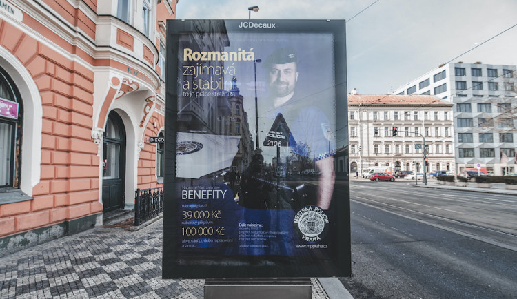 Ze strážníků se stala druhá dopravní policie, stěžuje si starosta Prahy 8. Žádá více hlídek kolem stanic metra