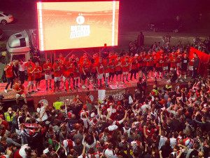 FOTO: Hotovo dvacet! Slávisté slavili zisk dvacátého titulu před stadionem