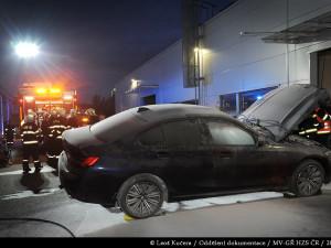 FOTO, VIDEO: Požár hybridního BMW v Čestlicích. Luxusní automobil musí hasiči ochlazovat několik dní