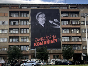 """FOTO: """"Zavražděna komunisty."""" V Praze visí velkoplošné vizuály s Miladou Horákovou"""