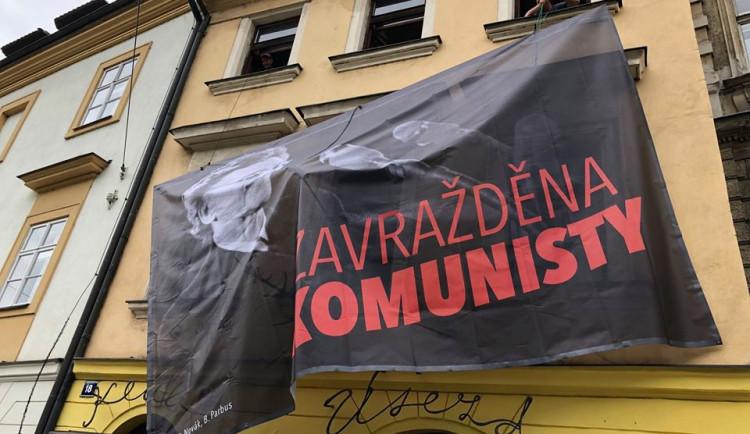 Pražským komunistům vadí kampaň s tváří Milady Horákové. Je to přepisování historie, zlobí se