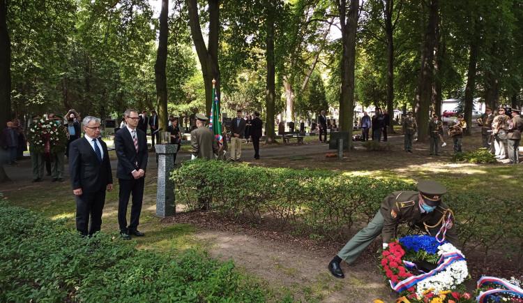 Bývalípolitičtívěznisi na hřbitově v Ďáblicích připomnělioběti komunistického režimu