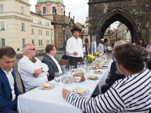 515 metrů dlouhý stůl s bílým ubrusem na Karlově mostě. V úterý bude Prostřený most
