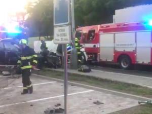 VIDEO: Další tragická nehoda. V Praze zemřel řidič osobního auta po nárazu do sloupu