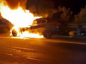 FOTO: Na Rozvadovské spojce hořelo auto kvůli technické závadě. Plameny ho zcela zničily