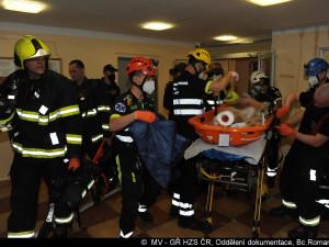 FOTO: Na Žižkově hořel byt. Hasiči evakuovali 57 lidí. Jedna kočka požár nepřežila