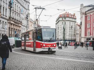 Soud dnes řeší mladíky, kteří v tramvaji zbili muže tmavé pleti. Jsou stíháni i kvůli hajlování
