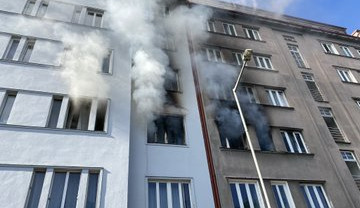 FOTO, VIDEO: V Holešovicích při výbuchu bytu zemřel člověk. Vyšetřování pokračuje