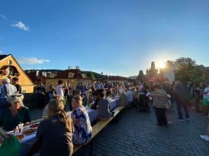 VIDEO: Lidé večeři u půlkilometrového stolu na Karlově mostě. Přivítali prázdniny
