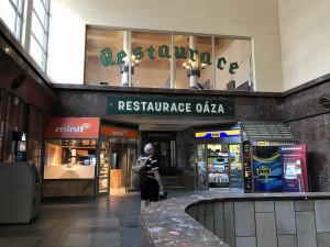 FOTO: Legendární smíchovské nádražce Oáza končí smlouva. Nahradí ji food court