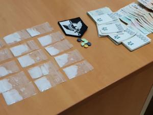 VIDEO: Recidivista měl v rozkroku patnáct sáčků pervitinu a balík bankovek