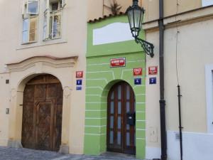 Nejmenší dům v Praze měří jen dva a čtvrt metru na šířku. Čtyřicet let v něm sídlil nevěstinec