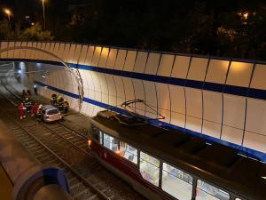FOTO: Tramvaje na Barrandov zastavil osobák na kolejích. Vyprostit ho museli hasiči