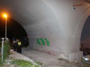 FOTO: Dvojice cizinců posprejovala Negrelliho viadukt. Obratem skončili v poutech