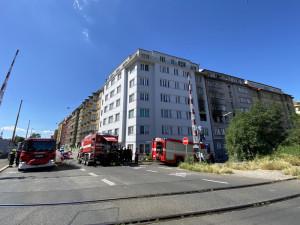 Lidé pomáhají po požáru v Holešovicích. Posílají materiál i finance