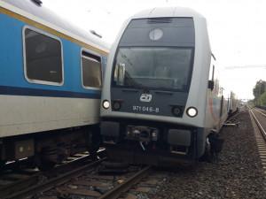 FOTO: V Praze se srazil osobní vlak s rychlíkem. Škoda jde do milionů