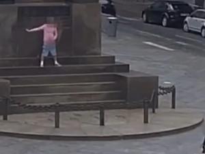 VIDEO: Muž pomočil sochu svatého Václava, pak se otočil a začal masturbovat