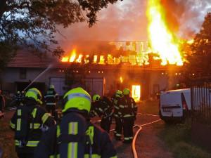 FOTO, VIDEO: Hasiči zasahovali u požáru staré truhlárny, při kterém se propadla střecha