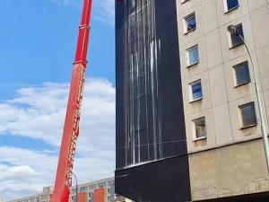 Žižkovský panelák pokryla čtyřicetimetrová malba. Autorem vodopádu je malíř Patrik Hábl