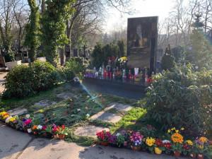 Mistr by oslavil 81. narozeniny. U hrobu Karla Gotta na Malvazinkách se scházejí fanoušci