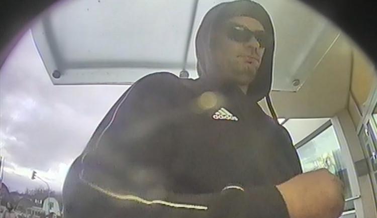 FOTO: Policie pátrá po muži, který vykradl dům na Praze 9