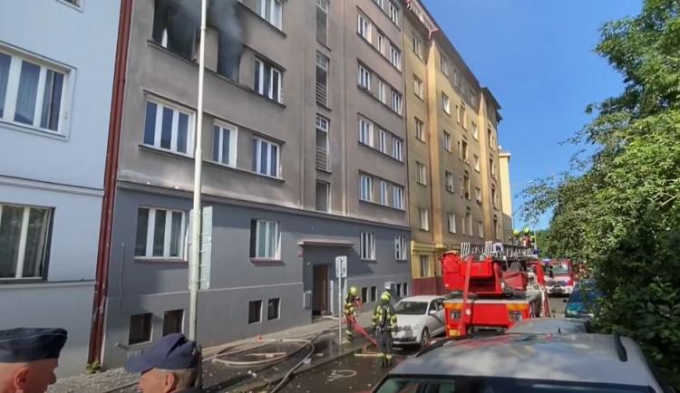 Obyvatelé domu ve Strojnické ulici v Holešovicích se po výbuchu dočkali podpory sousedů