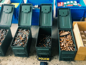 FOTO: Policie při prohlídce garáže v Praze zajistila 26 zbraní a 150 kilogramů munice