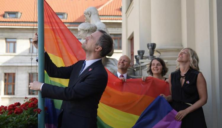 Na pražské radnici bude od pondělí vlát duhová vlajka na podporu LGBT komunity