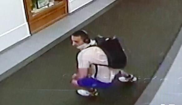 VIDEO: Kamera zachytila muže podezřelého z krádeže morfinu a receptů. Poznáváte ho?
