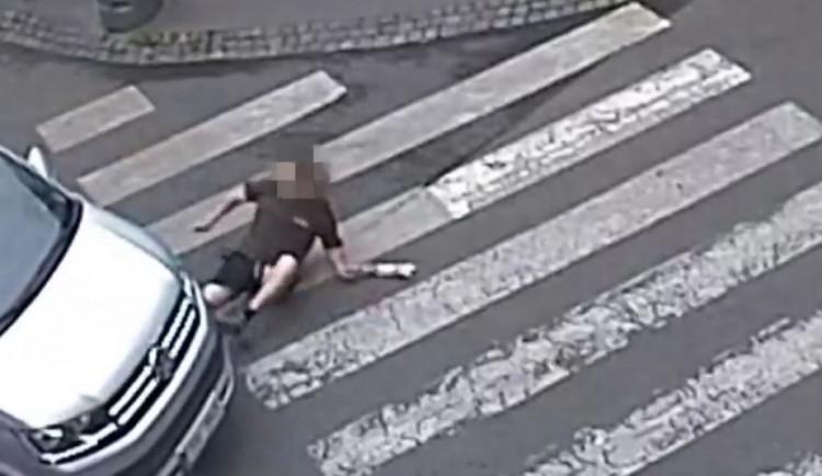 VIDEO: Řidič v centru Prahy srazil chodce, ten skončil se zraněním v nemocnici