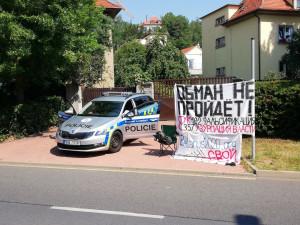 FOTO: Na dvě stě Bělorusů od rána čekalo v Praze na možnost volit