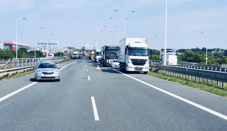 Tragická nehoda na Pražském okruhu. Při střetu dodávky a nákladního auta zemřely dvě osoby