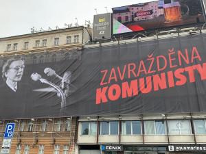 Velkoplošná reklama u Nuselského mostu je zpět. Tentokrát odkazuje na výročí popravy Milady Horákové
